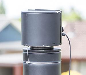 Sort Draftbooster røgsuger monteret på sort skorsten.